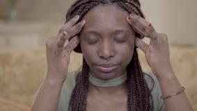 Portreta amerykanin afrykańskiego pochodzenia nerwowa kobieta masuje jej głowę z palcami z dreadlocks Dama silnego zbiory wideo
