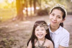 Portreta azjata córka i matka my uśmiechamy się w ogródzie Obraz Stock