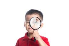 Portreta azjatykci dziecko patrzeje przez powiększać loupe Fotografia Stock