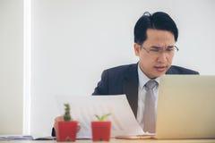 Portreta biznesmen deprymujący pracować w biurze Napięcie, autobus obraz royalty free
