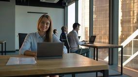Portreta bizneswomanu centrum telefonicznego dyrekcyjna agencja w biznesowym biurze zbiory wideo