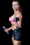 Portreta boczny widok ćwiczy z dumbbells kobieta Obrazy Royalty Free