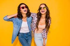 Portreta chłodu piękny śliczny czaruje nastoletni nastolatkowie satysfakcjonujący zadowolony śmiech dotyka włosianego czas fotografia stock