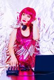 Portreta dj hełmofonu sztuk wyposażenia dyskoteki dziewczyny przyjęcia rocznika klingerytu retro menchii biurka melanżeru splendo zdjęcie stock