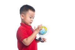 Portreta dziecka mienia ziemi kuli ziemskiej azjatykcia mapa Zdjęcia Stock