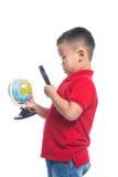 Portreta dziecka mienia ziemi kuli ziemskiej azjatykcia mapa w jego ręce Obrazy Stock