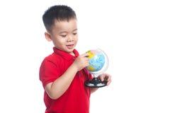 Portreta dziecka mienia ziemi kuli ziemskiej azjatykcia mapa w jego ręce Obrazy Royalty Free