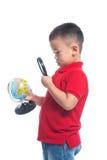 Portreta dziecka mienia ziemi kuli ziemskiej azjatykcia mapa w jego ręce, lookin Fotografia Royalty Free