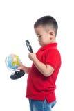 Portreta dziecka mienia ziemi kuli ziemskiej azjatykcia mapa w jego ręce, lookin Obrazy Stock