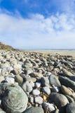 Portreta formata kąta otoczaka szeroka plaża i niebieskie niebo Obraz Royalty Free