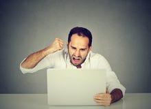 Portreta gniewny biznesowy mężczyzna pracuje na laptopie Fotografia Stock