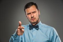 Portreta gniewny wzburzony młody człowiek w błękitnej koszula, motyli krawat Obraz Stock