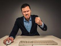Portreta gniewny wzburzony młody człowiek w błękitnej kurtce i koszula Obrazy Stock