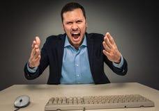 Portreta gniewny wzburzony młody człowiek w błękitnej kurtce i koszula Zdjęcie Royalty Free