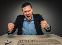 Portreta gniewny wzburzony młody człowiek w błękitnej kurtce i koszula Obraz Stock