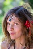 Portreta hipisa piękna dziewczyna w naturze, zamyka up Obraz Royalty Free