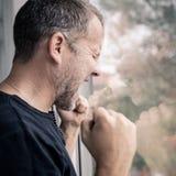 Portreta jeden mężczyzna smutna pozycja blisko ściany Obrazy Royalty Free