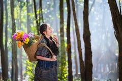Portreta Karen ręki młode kobiety uśmiechająca się dziura kwitnie półdupki i kwitnie obraz royalty free