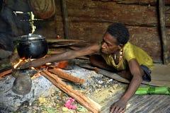 Portreta Korowai kobieta w drewnianym domu Zdjęcie Stock