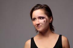 Portreta krótkopęd młoda modna kobieta z kreatywnie jaskrawym Obraz Royalty Free