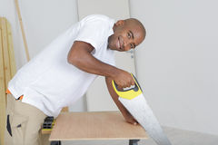 Portreta mężczyzna piłowania drewno Fotografia Stock