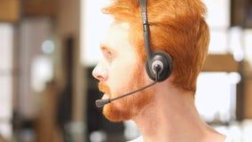 Portreta mężczyzna z słuchawki, centrum telefoniczne obraz stock