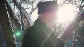 Portreta mężczyzny myśliwy patrzeje w kamerze z flintą zdjęcie wideo