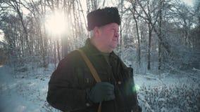 Portreta mężczyzny myśliwy patrzeje w kamerze z flintą zbiory