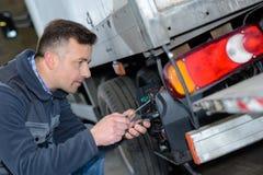Portreta męski mechanik przy pracą w garażu Zdjęcia Royalty Free