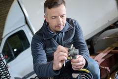 Portreta męski mechanik przy pracą w garażu Obraz Royalty Free