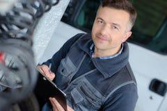 Portreta męski mechanik przy pracą w garażu Zdjęcie Royalty Free