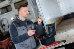 Portreta męski mechanik przy pracą w garażu Fotografia Royalty Free
