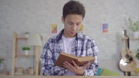 Portreta młodego azjatykciego mężczyzny czytelnicza książka zdjęcie wideo