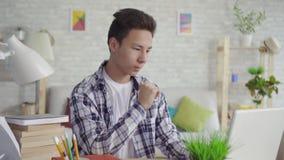 Portreta młodego azjatykciego mężczyzny studencki używa laptop zdjęcie wideo