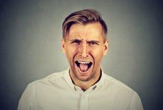 Portreta młodego człowieka gniewny krzyczeć fotografia stock