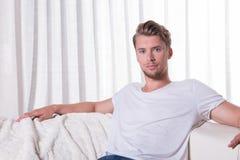 Portreta młodego człowieka obsiadanie na leżance zdjęcie royalty free