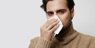 Portreta młody brodaty chory mężczyzna jest ubranym bydło ka trwanie pustego tło Obraz Stock