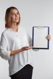 Portreta młody bizneswoman pokazuje pustego schowek agent Obrazy Stock