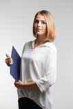 Portreta młody bizneswoman pokazuje pustego schowek agent Zdjęcia Stock