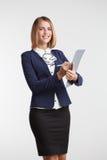 Portreta młody bizneswoman pokazuje pustego schowek agent Fotografia Stock