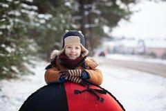 Portreta mały dziecko z tubką w zima dniu Śliczna chłopiec sztuka outdoors w śniegu fotografia stock