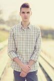 Portreta modnisia przystojny mężczyzna w mądrze przypadkowych ubraniach obrazy royalty free