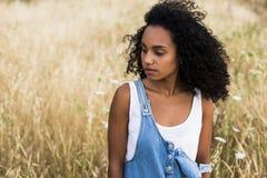 Portreta outdoors młoda afro amerykańska kobieta Żółty backgro Obraz Royalty Free