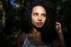 Portreta outdoors młoda afro amerykańska kobieta czarny backgrou Obrazy Royalty Free