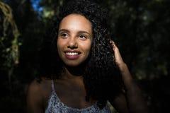 Portreta outdoors młoda afro amerykańska kobieta czarny backgrou Obraz Stock