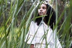 Portreta outdoors młoda afro amerykańska kobieta Zielony backgrou Obrazy Royalty Free
