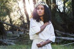 Portreta outdoors młoda afro amerykańska kobieta Zielony backgrou Fotografia Stock