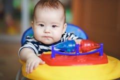Portreta poważny srogo dziecko za kołem zabawkarski samochód Zdjęcia Royalty Free