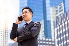Portreta powabny przystojny wykonawczy mężczyzna: Atrakcyjny biznesmen zdjęcia stock