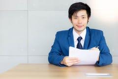 Portreta przystojny biznesowy mężczyzna Atrakcyjny przystojny młody faceta ge fotografia royalty free
